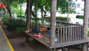 Pak Asep tidur di Pos Ronda